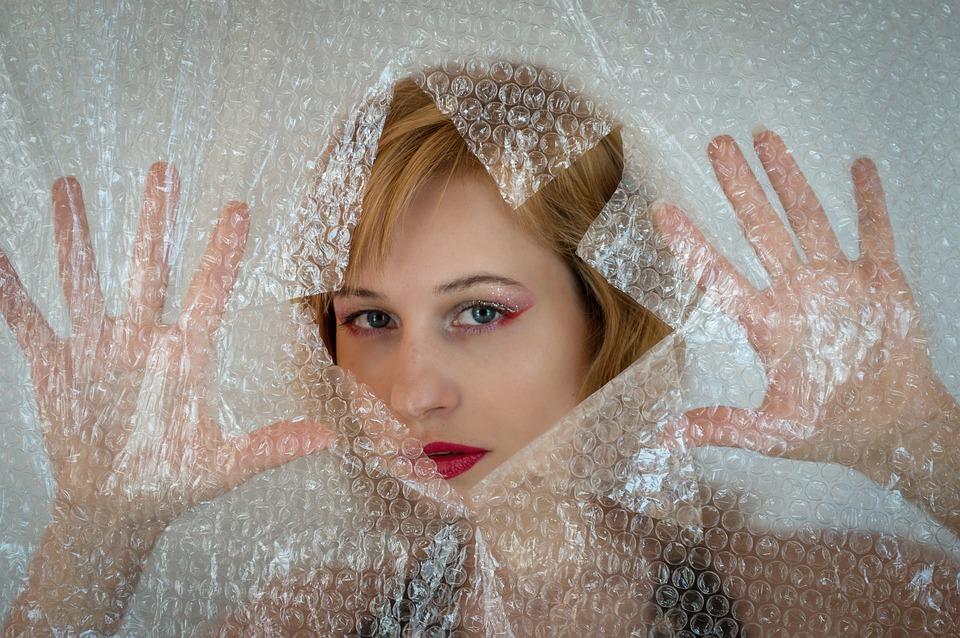 žena s fólií