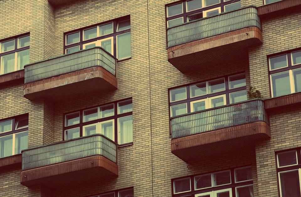 balkony se zábradlím