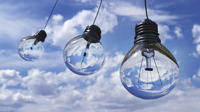 žárovky pod mraky