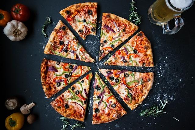 nakrájená pizza